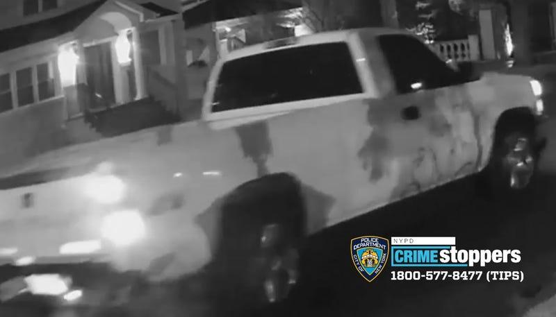 VIDEO: 2 hombres buscados por hacerse pasar por policías en casa de Queens