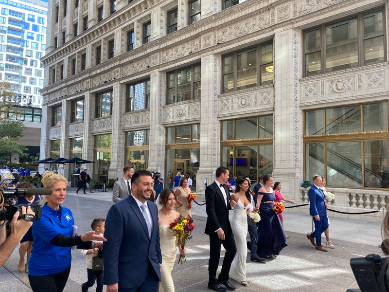 100 people marry at Wrigley Building, celebrating its centennial anniversary