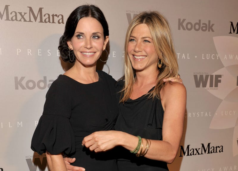 courteney cox and jennifer aniston cuddle up in 2010