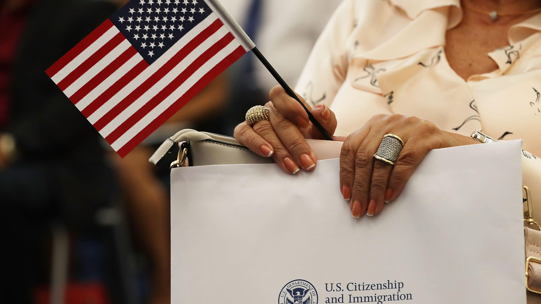 CDC: Inmigrantes que pidan 'la green card' deberán estar vacunados