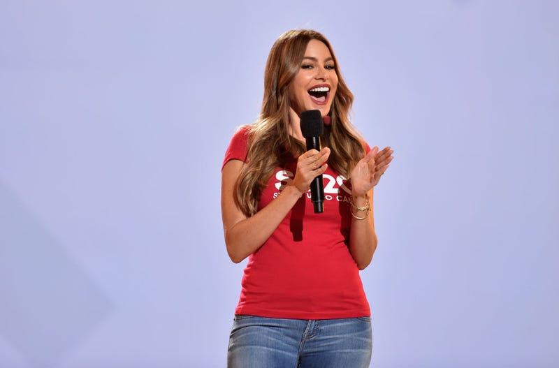 Sofia Vergara en camiseta roja y jeans