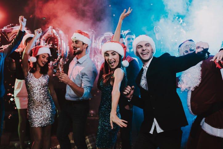 Jovenes bailando en fiesta navideña