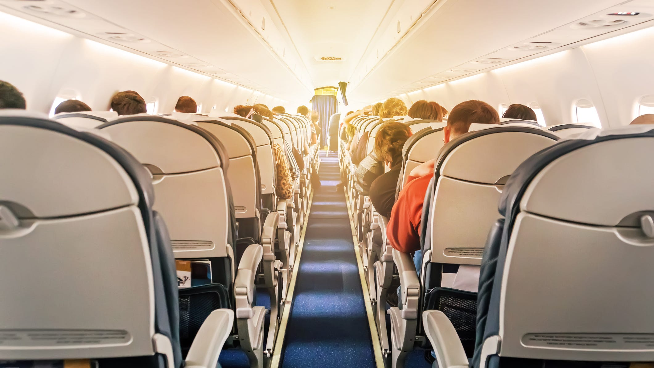 Mujer les da patadas, escupe en otros pasajeros durante pleito en avión sobre mascarillas
