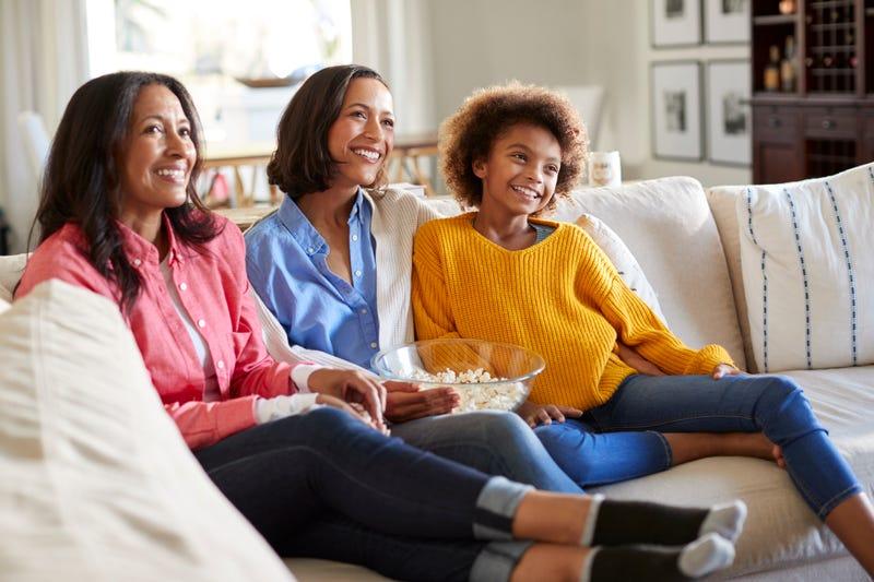 Familia viendo televisión