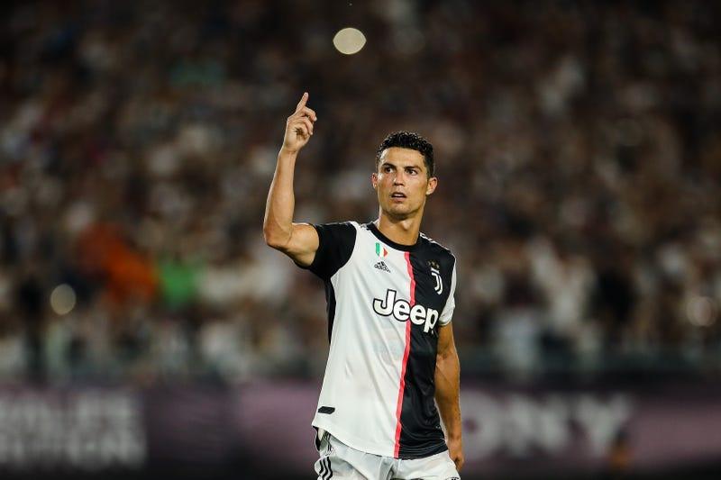 cristiano ronaldo saluting fans