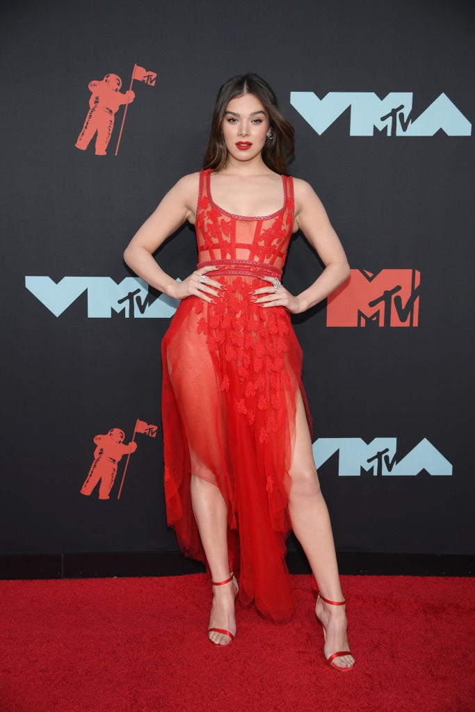 hailee steinfeld at 2019 vma red carpet