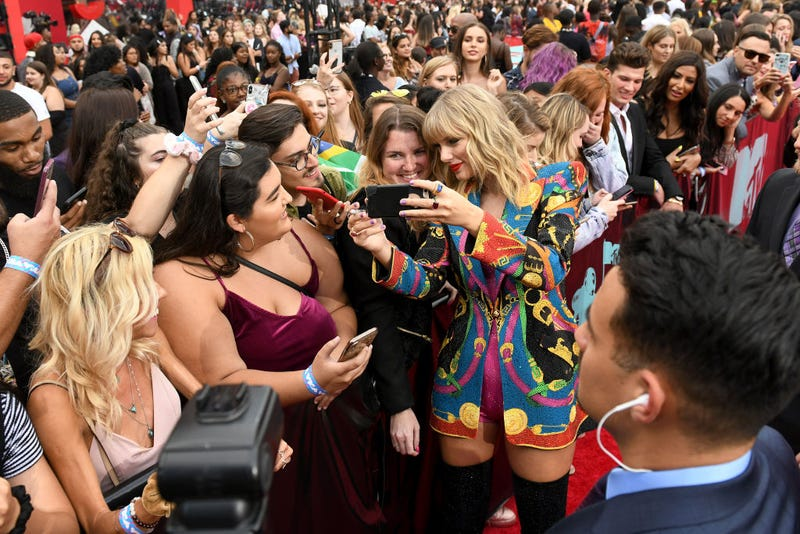 taylor swift taking red carpet selfies with fans at the 2019 vmas