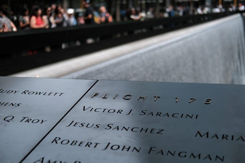 los nombres de las mas de 3 mil víctimas del atentando del WTC engrapadas en las lozas del memorial