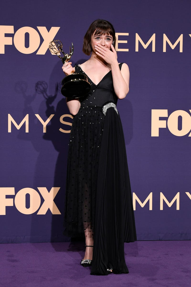maisie williams holding a statue at the 2019 emmy awards