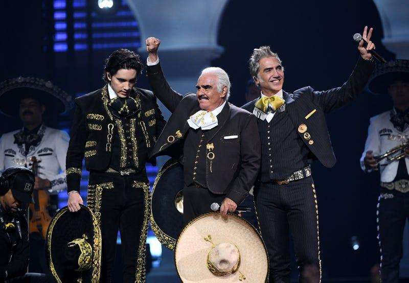 LAS VEGAS, NEVADA - 14 DE NOVIEMBRE: Alex Fernández, Vicente Fernández y Alejandro Fernández actúan en el escenario durante la 20ª entrega anual del Latin GRAMMY en el MGM Grand Garden Arena el 14 de noviembre de 2019 en Las Vegas, Nevada