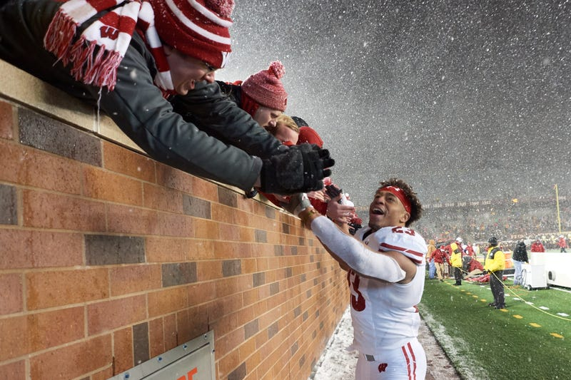 Wisconsin RB Jonathan Taylor high-fiving his fans