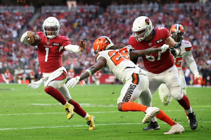 Cardinals QB Kyler Murray stiff-arms a defender