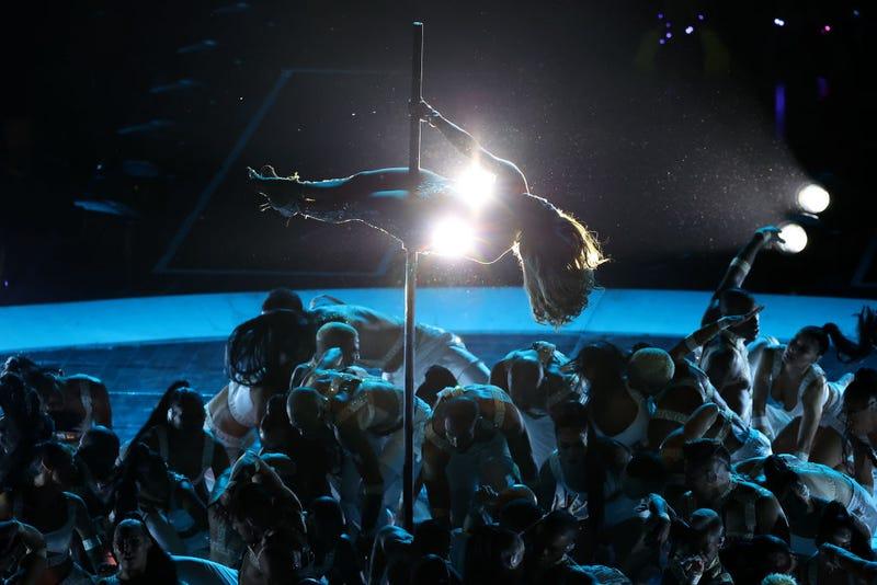 Jennifer Lopez baila en barra en el Super Bowl 2020