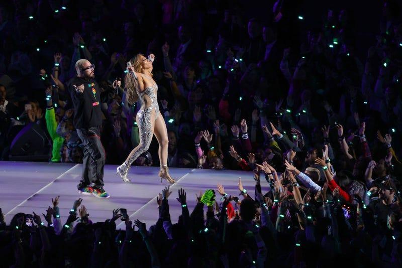 J Balvin y Jennifer Lopez en el escenario del Super Bowl 2020