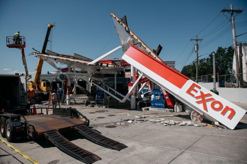 gasolinera en el barrio de Whitestone, en Queens, resultó muy dañada tras una noche de lluvias y vientos extremadamente fuertes el 2 de septiembre de 2021 en Nueva York.