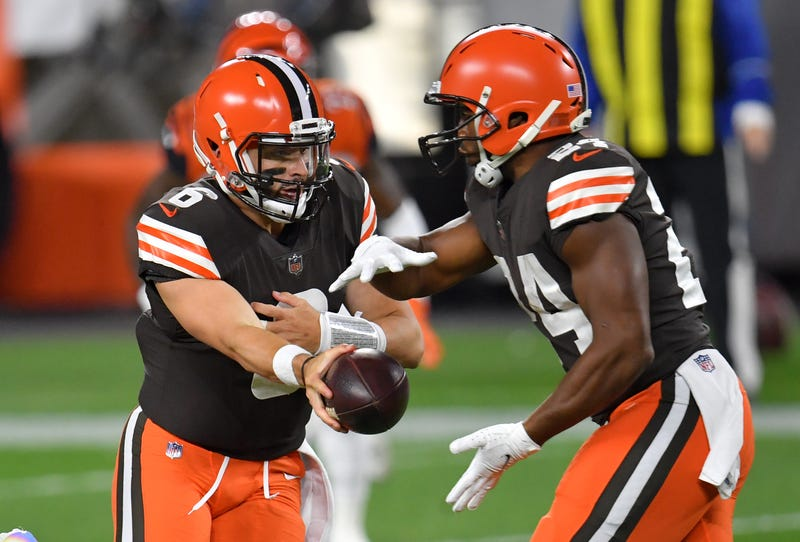 Baker Mayfield hands off to Nick Chubb of the Cleveland Browns