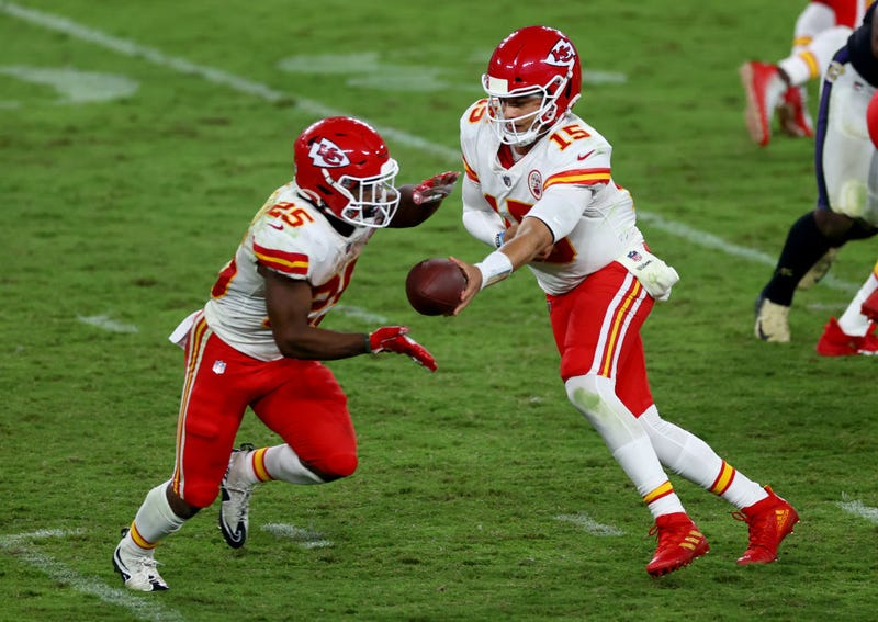 Patrick Mahomes hands off the ball to Clyde Edwards-Helaire.