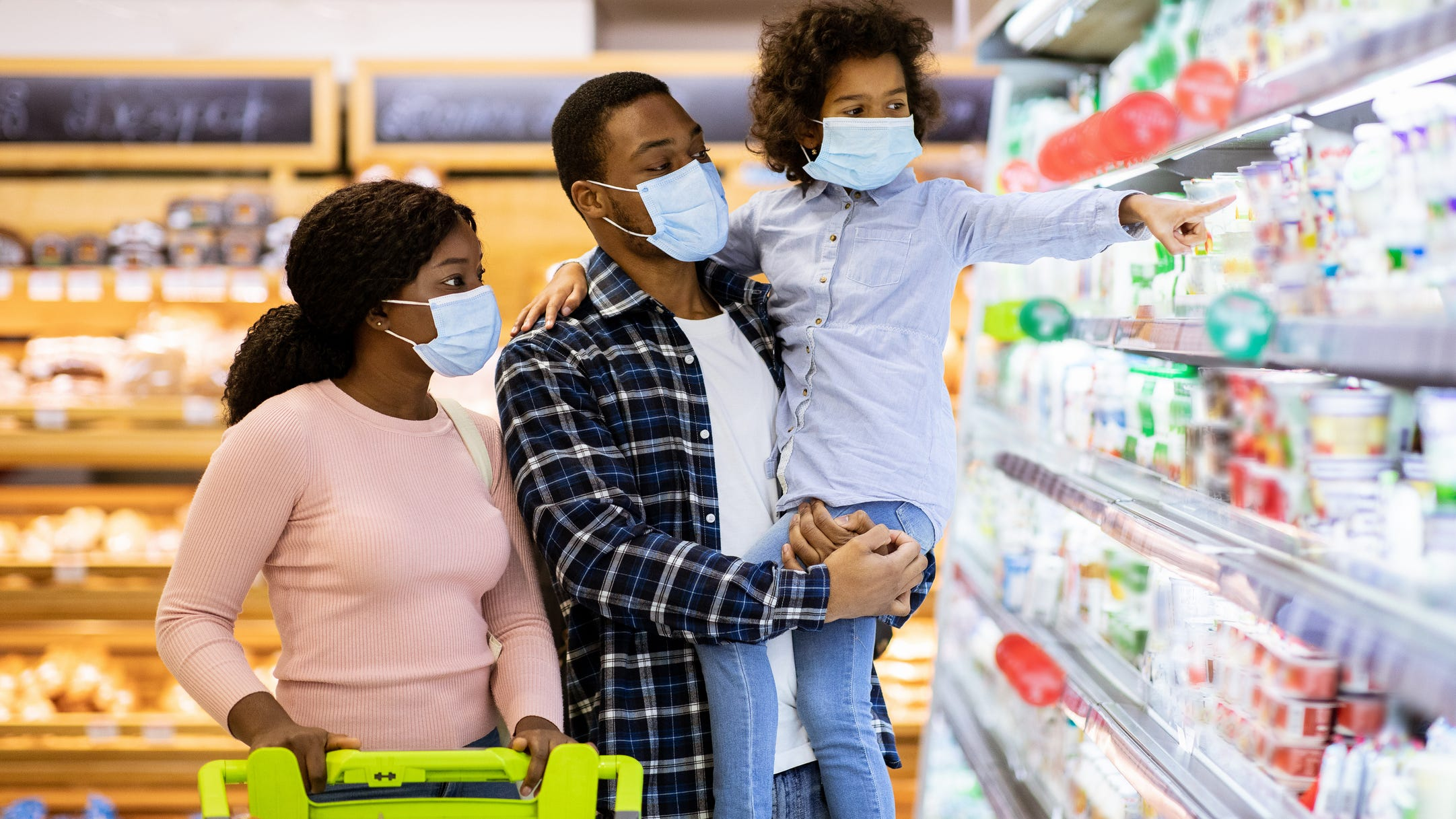 CDC: Personas vacunadas no necesitan usar mascarilla adentro en muchas situaciones