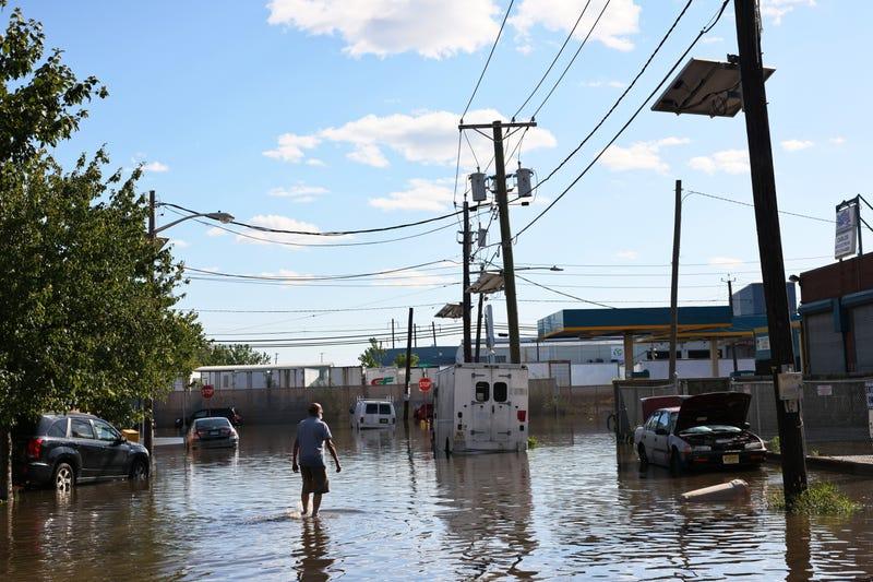 NEWARK, NUEVA JERSEY - 02 DE SEPTIEMBRE: Un hombre camina por una calle Van Buren inundada el 02 de septiembre de 2021 en Newark, Nueva Jersey.