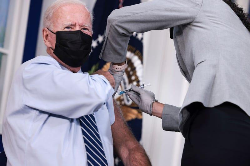 Joe Biden recibe su tercera vacuna contra el COVID-19