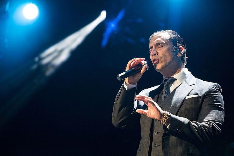 Alejandro Fernandez cantando en el escenario