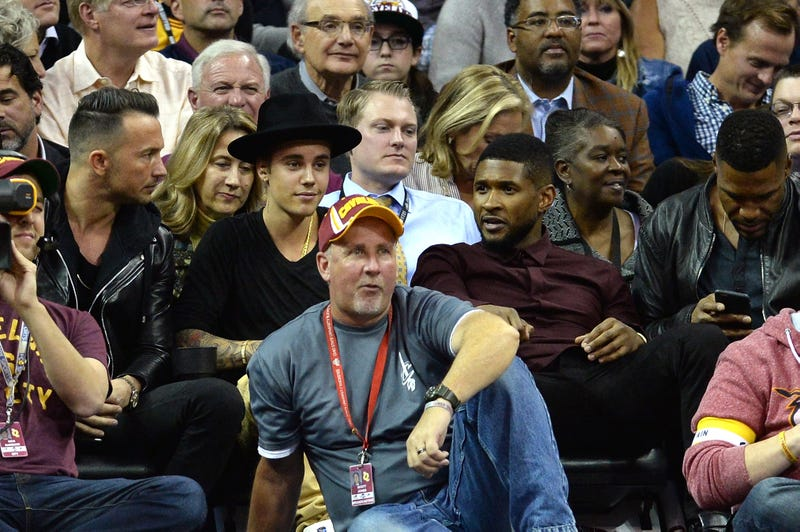 Justin Bieber (2nd L) and Usher look on during a game between the Cleveland Cavaliers and the New York Knicks