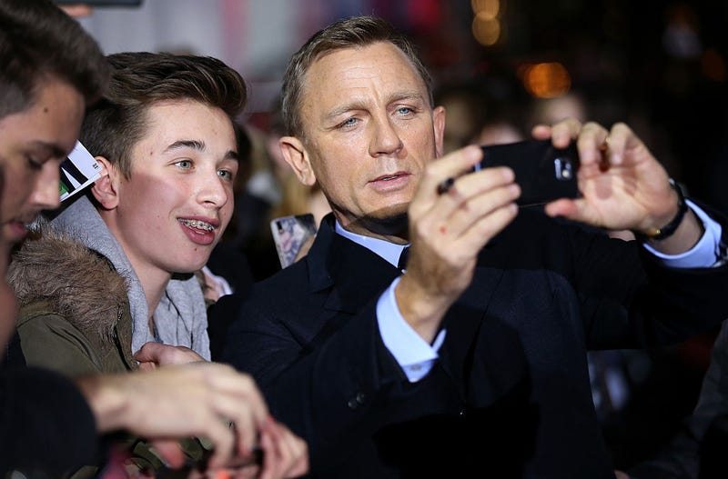 daniel craig takes selfie with fan at spectre premiere