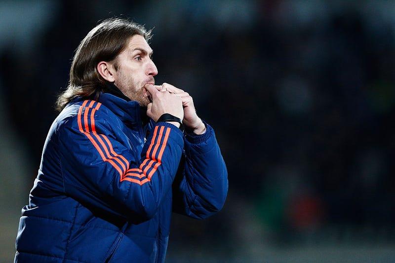 El entrenador de Anderlect, Nicolas Frutos, reacciona al margen durante el partido de cuartos de final de la Liga Juvenil de la UEFA entre Anderlecht y Barcelona celebrado en el estadio Van Roy el 8 de marzo de 2016 en Denderleeuw, Bélgica.