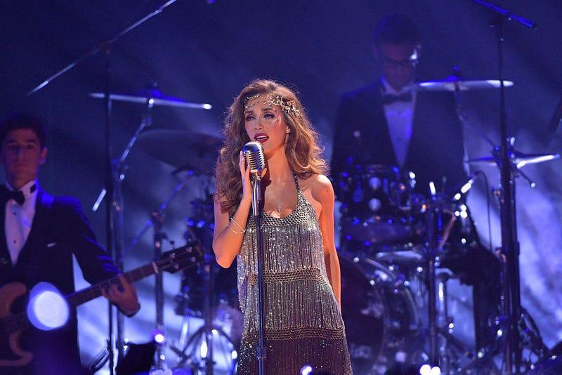 Anahí canta en el escenario