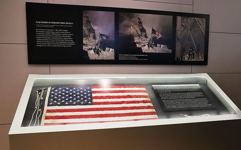 La bandera desapareció por unos días durante la limpieza de los escombros pero luego fue devuelta por una persona a la policia de NY.