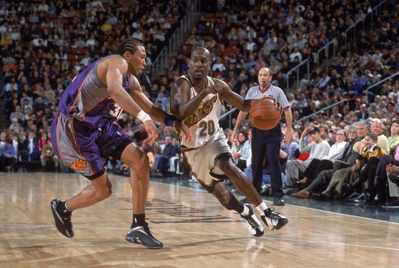 Gary Payton drives to elude Suns defender Shawn Marion