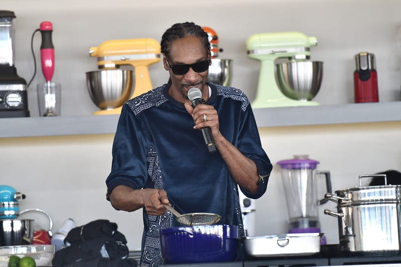 snoop dogg whipping food up in the kitchen
