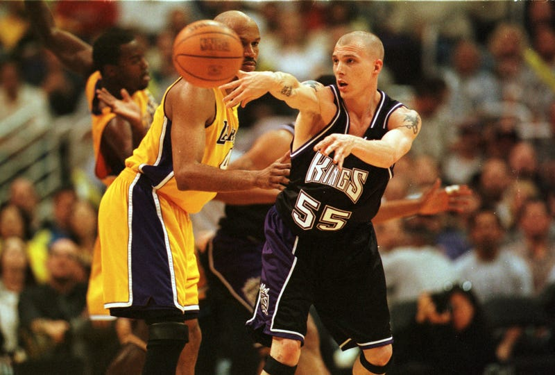 Jason Williams zips a pass against the Los Angeles Lakers
