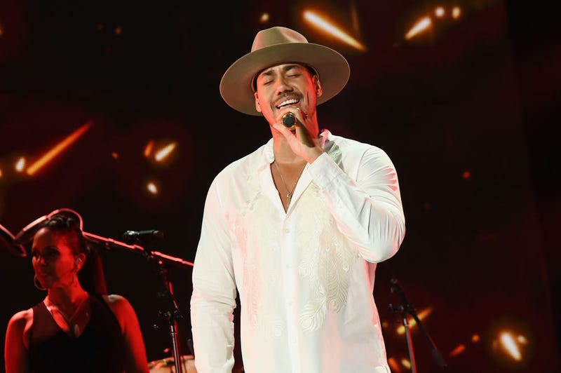 Romeo Santos cantando en un concierto