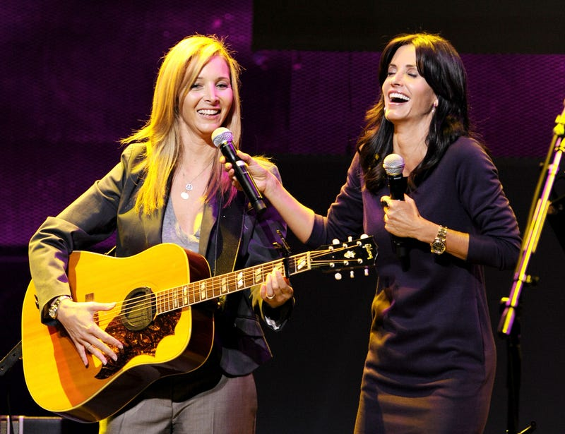 lisa kudrow and courteney cox perform in 2009