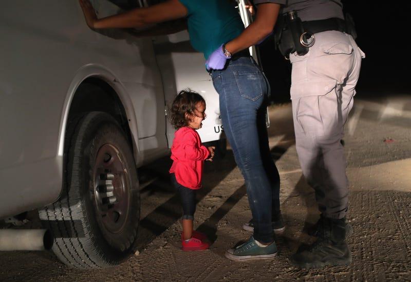 Una solicitante de asilo hondureña de dos años llora mientras su madre es registrada y detenida cerca de la frontera entre Estados Unidos y México el 12 de junio de 2018 en McAllen, Texas.
