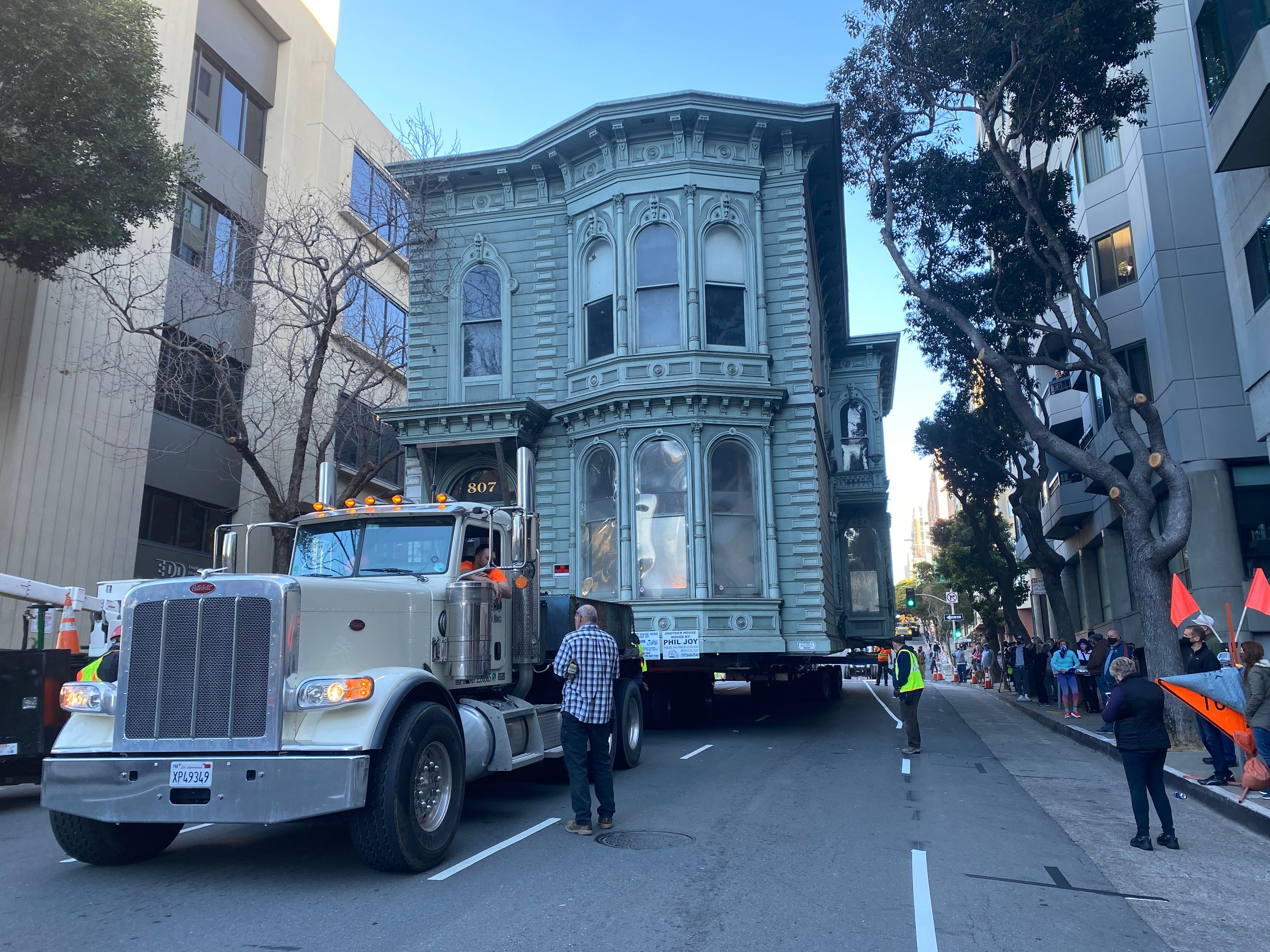 VIDEO: 139-year-old San Francisco Victorian makes hilly, nerve-wracking journey to new home