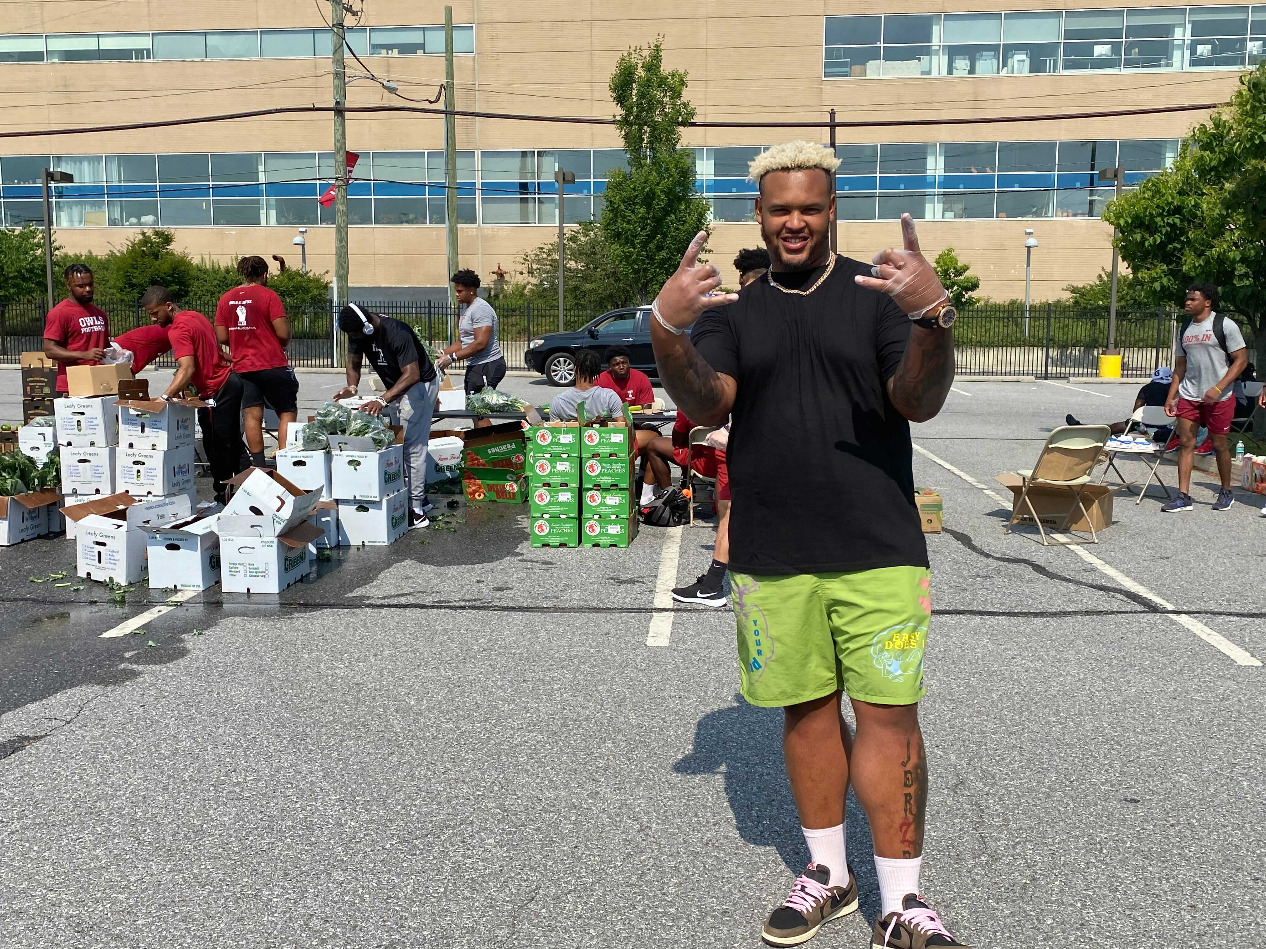 Temple standout turned NFL star leads Owls in giving back at campus food pantry event