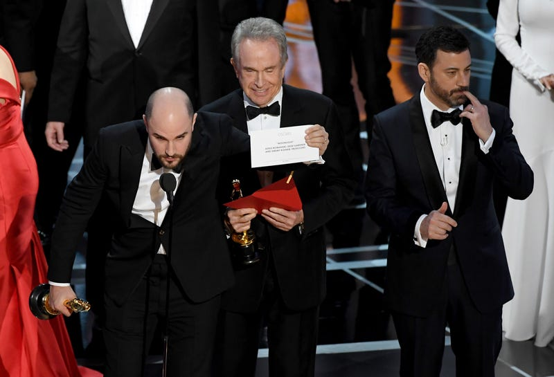 Jordan Horowitz holds up the winner card reading actual Best Picture winner 'Moonlight'
