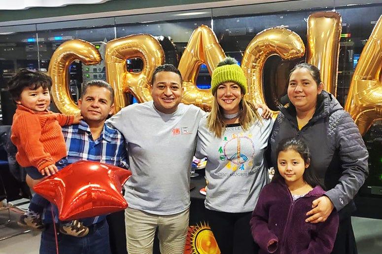 Chepe y Patricia De Lima de El Zol 107.9 con una familia en el radiotón para beneficiar Children's National