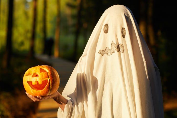 Sheet ghost holding a pumpkin
