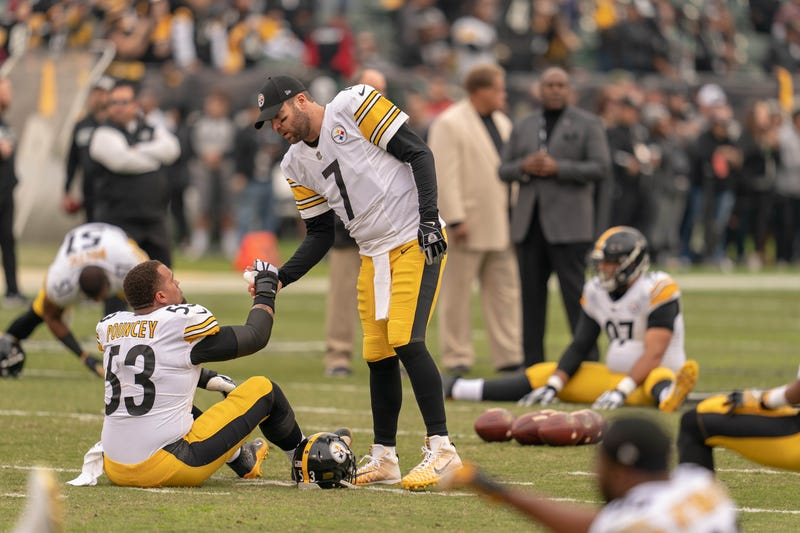 Roethlisberger shaking hands with Pouncey