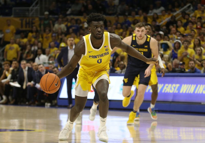Pittsburgh Panthers forward Eric Hamilton (0) dribbles the ball against the West Virginia Mountaineers