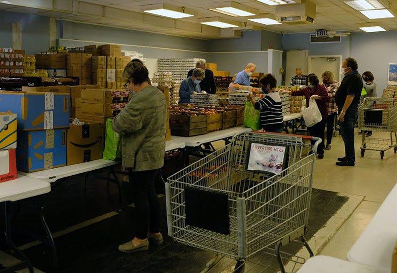 Volunteers help Weekend Backpacks