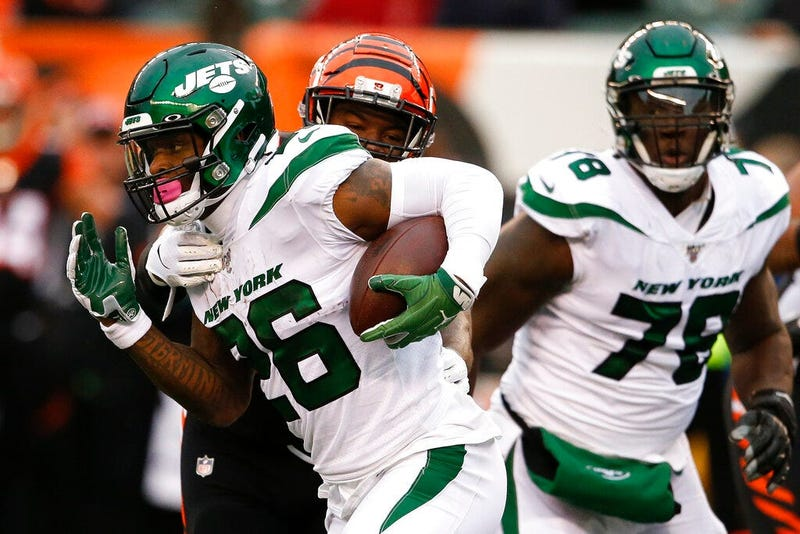 New York Jets running back Le'Veon Bell (26) runs the ball against Cincinnati Bengals linebacker Germaine Pratt, center, during the first half of an NFL football game, Sunday, Dec. 1, 2019, in Cincinnati.