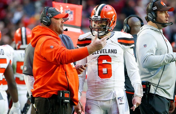 Browns head coach Freddie Kitchens chats with Baker Mayfield.