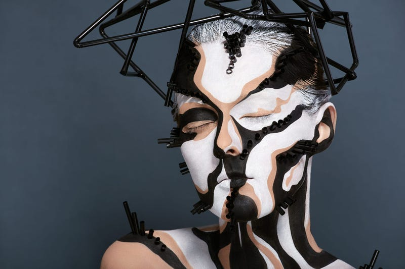 Artist creates 3D illusion on model's face with make-up