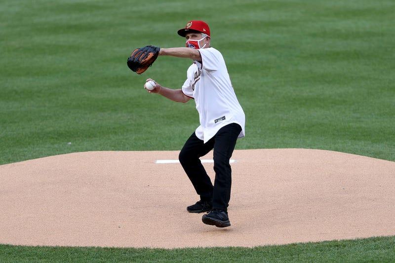 dr. Fauci lanzando la pelota en el opening day en el Nats Park