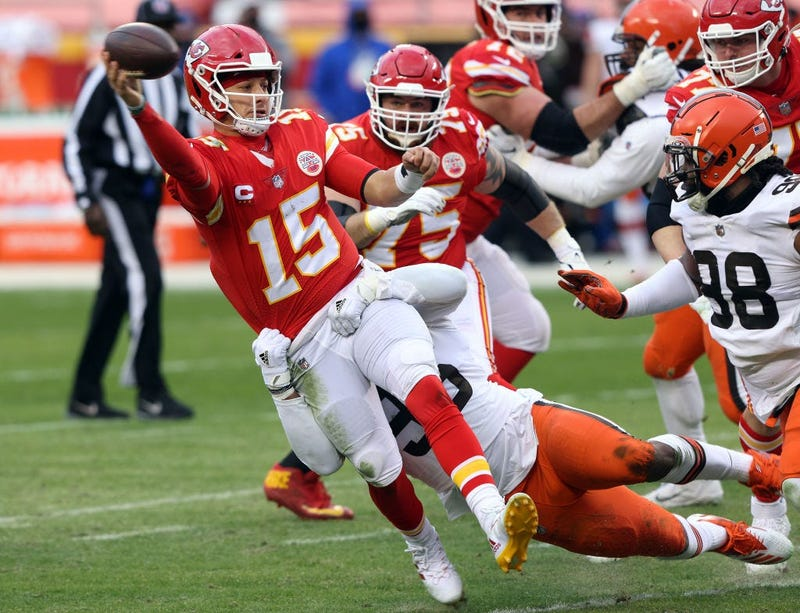 Chiefs advance, Mahomes absent after hit in the 3rd quarter
