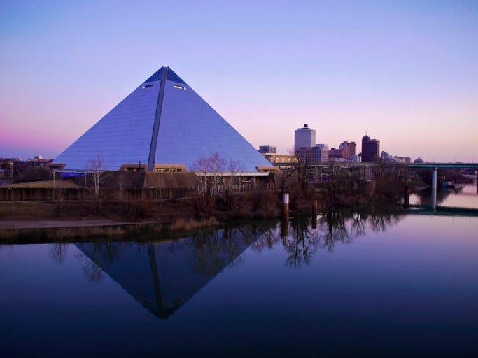 Esto Es Lo Que Hay En La Pirámide Que Se Encuentra Sobre El Interestatal 30 En Arlington